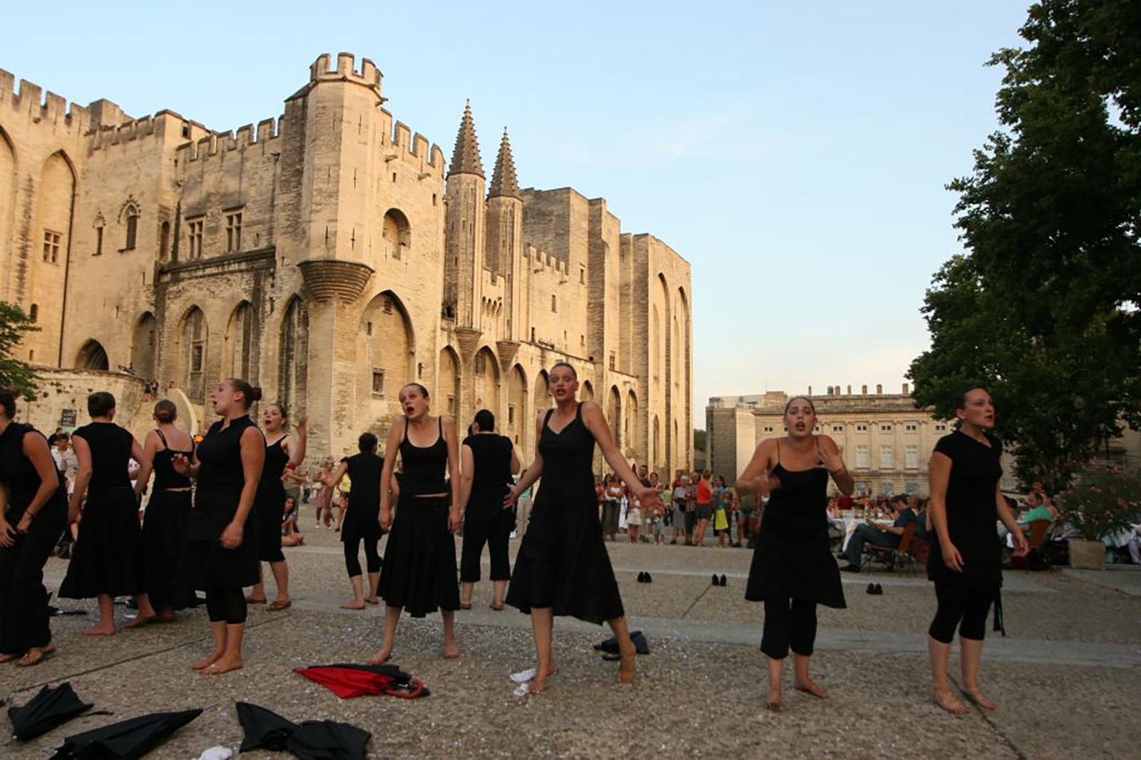 Spectacle devant le palais des papes pour le Festival d'Avignon